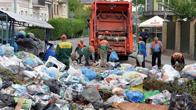 Львівські комунальники прибрали заблоковану сміттям вулицю