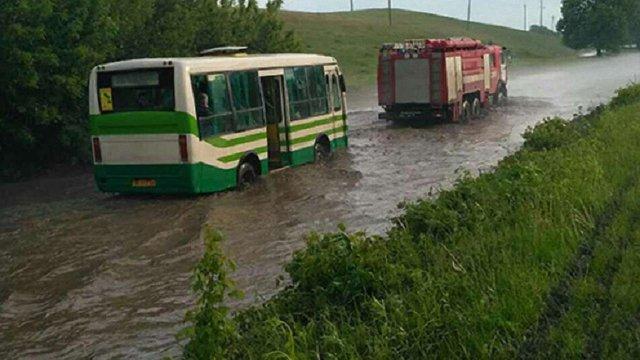 На Рівненщині сильна злива затопила рейсовий автобус з пасажирами