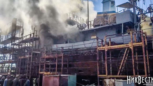 У Миколаєві під час ремонту загорівся корабель ВМС України