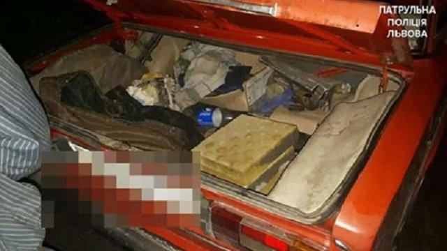 Львівського таксиста затримали під час викрадення бруківки біля трамвайної колії на Сихові