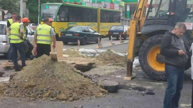 На Новому Львові внаслідок злив знову обвалився старий каналізаційний колектор