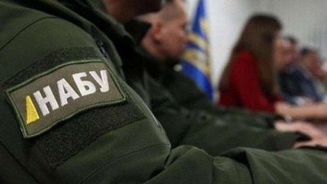 НАБУ затримало співробітницю суду, яка за гроші «зливала» дані про обшуки детективів