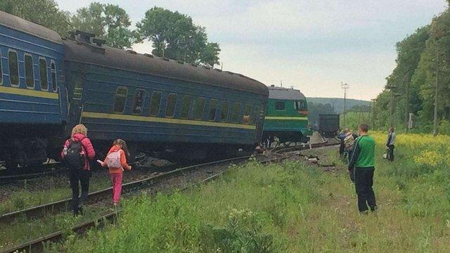 На Хмельниччині зіткнулися пасажирський і вантажний потяги, постраждали 6 осіб