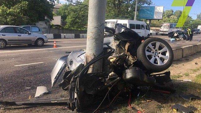 В Одесі BMW розірвало навпіл від удару у стовп