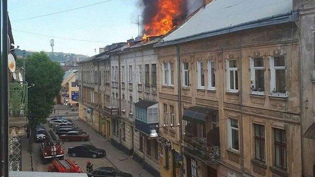 У Львові сталася пожежа на даху житлового будинку