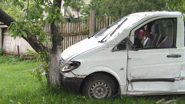 На Львівщині після зіткнення з автомобілем п'яний водій в'їхав у дерево