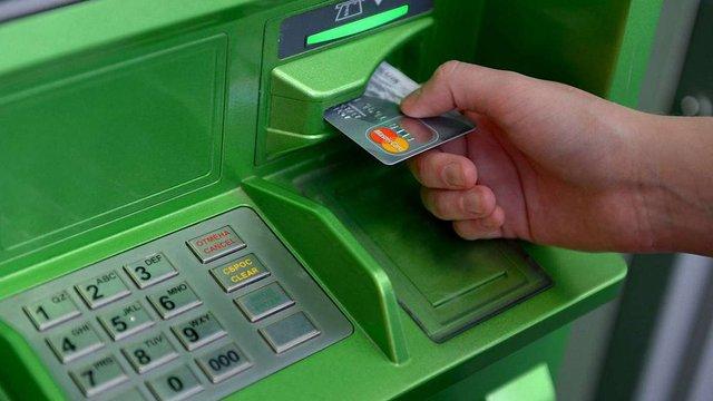 Українці почали частіше платити банківськими картками і рідше знімають готівку