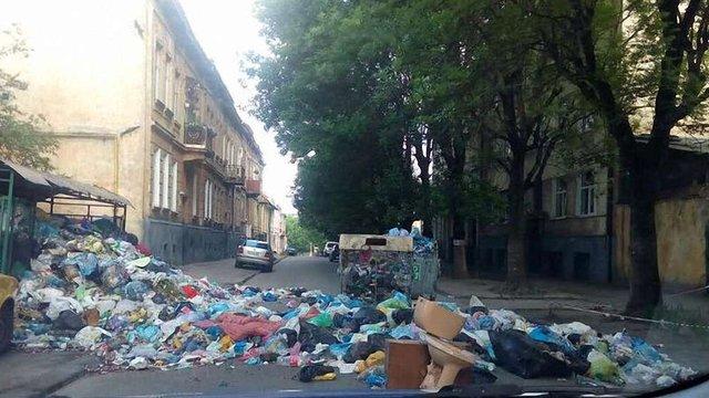 Ще одну вулицю Львова заблокували сміттям