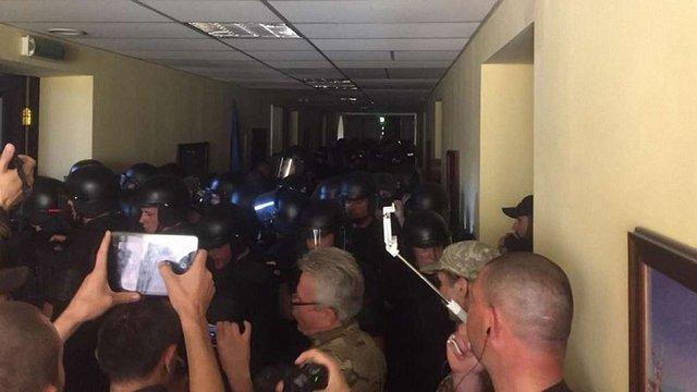 У Київраді побилися поліцейські та праворадикали зі «Свободи» та «Правового сектору»