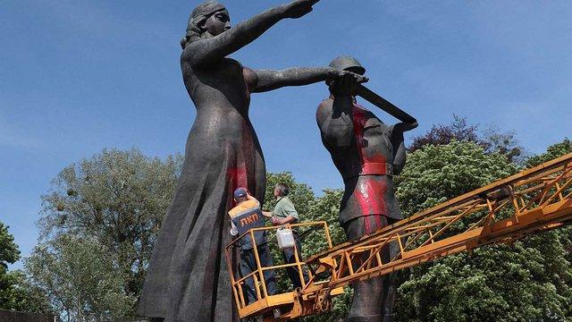 Комунальники відмивають облитий фарбою Монумент Слави