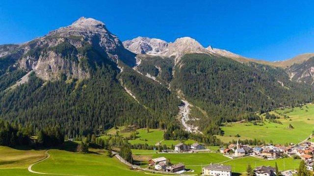 Мешканці одного із швейцарських сіл заборонили туристам фотографувати Альпи
