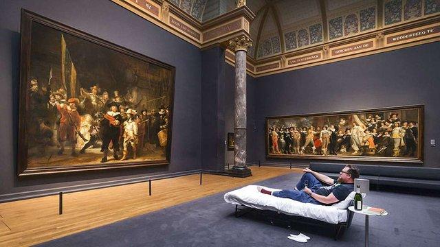 В Амстердамі відвідувачеві музею дозволили переночувати перед картиною Рембрандта