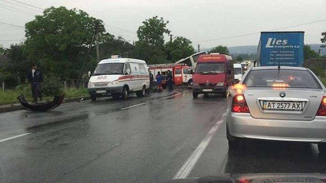 На Івано-Франківщині зіткнулися пасажирський автобус та бензовоз