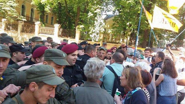 Біля Адміністрації президента сталися сутички між поліцією та вкладниками «Михайлівського»