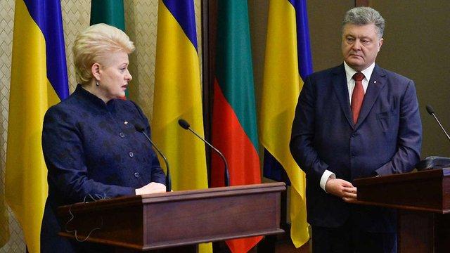 Литовські волонтери передали через президентку країни перископ для українських бійців