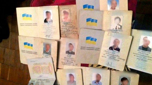 Працівника міграційної служби Львівщини засудили за видачу українських паспортів іноземцям