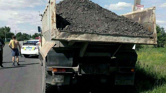 Львівські патрульні за підозрою у крадіжці затримали вантажівку із каменем