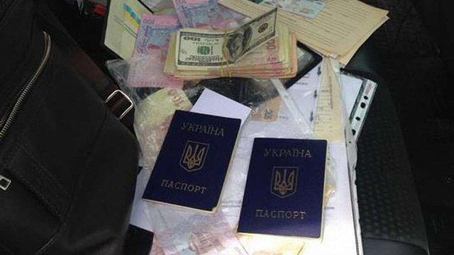 На Донеччині чиновника міграційної служби викрили на незаконному переоформленні паспортів