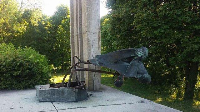 Біля Радехова вандали знищили кількаметрову мідну фігуру жінки