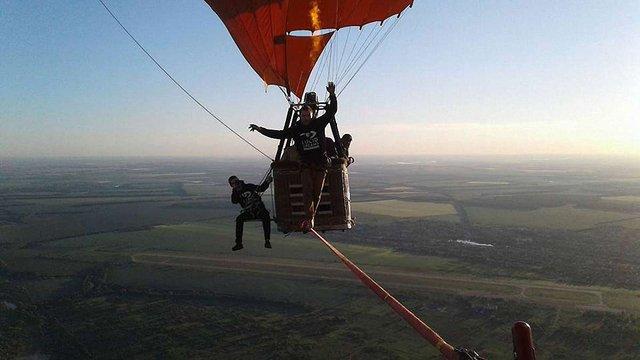 Українець пройшов по стропі між двома повітряними кулями на висоті 660 метрів