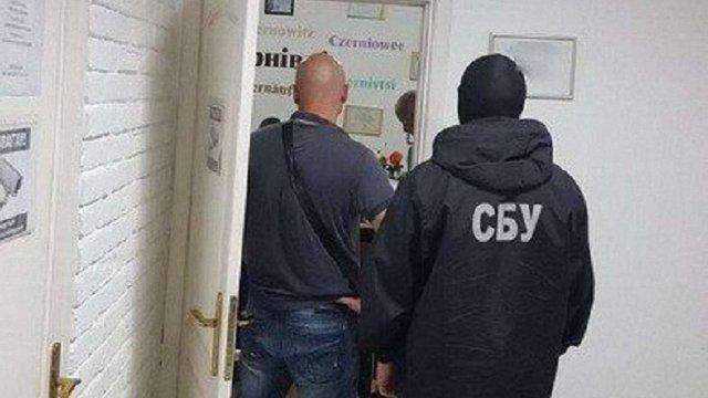 У Чернівцях заарештували чиновницю міськради через підозру в хабарництві