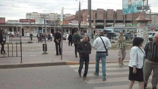 На вул. Княгині Ольги мешканці перекрили рух транспорту через невивезене сміття