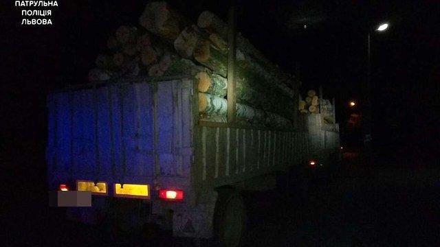 Неподалік Львова поліція зупинила вантажівку із нечіпованою деревиною