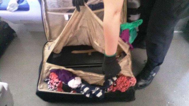 Українка намагалась перевезти через кордон у валізі свого 8-річного сина
