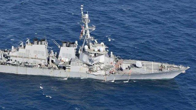 Біля берегів Японії вантажне судно протаранило військовий корабель США