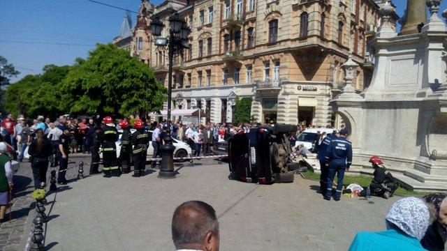 У центрі Львова позашляховик в'їхав у натовп людей під церквою