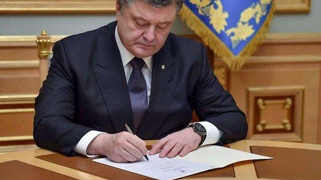 Порошенко нагородив Яценюка орденом за сприяння у впровадженні безвізу