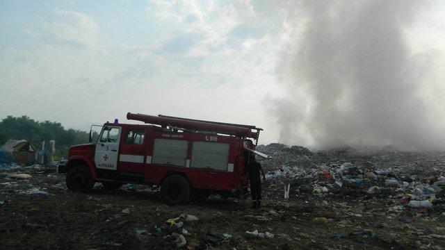 На Закарпатті рятувальники загасили пожежу на сміттєзвалищі