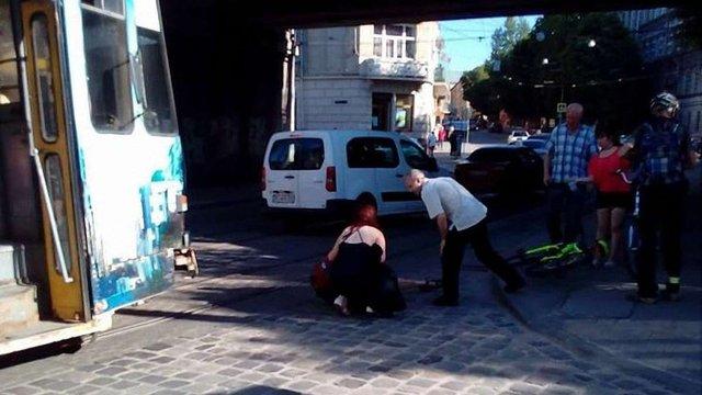 Поліція шукає водія, який збив велосипедистку у Львові та втік з місця ДТП