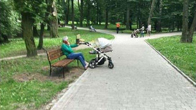 У львівському парку «Залізна Вода» встановили нові лавки