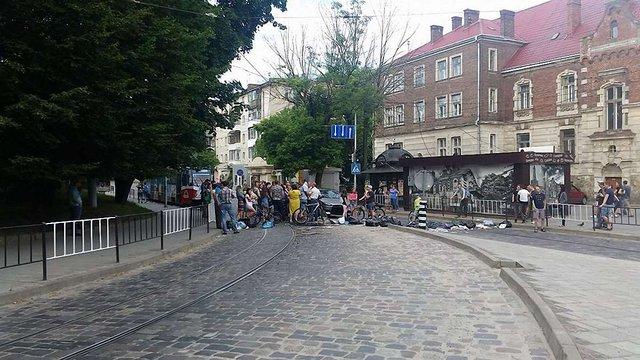 На вул. Чупринки львів'яни перекрили дорогу через переповнені сміттєві контейнери