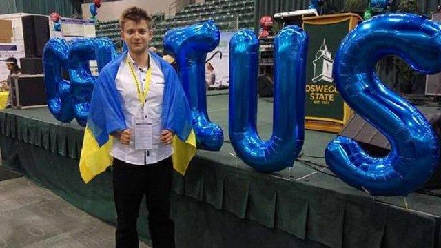 Український школяр переміг на конкурсі у США з винаходом для очищення води від нафти