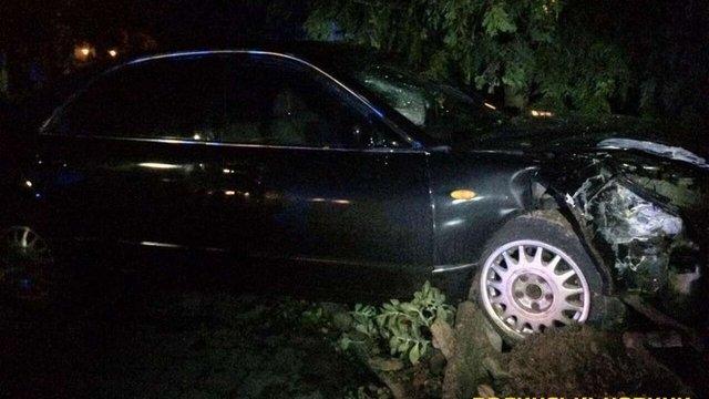 У Ківерцях автомобіль протаранив паркан міськради