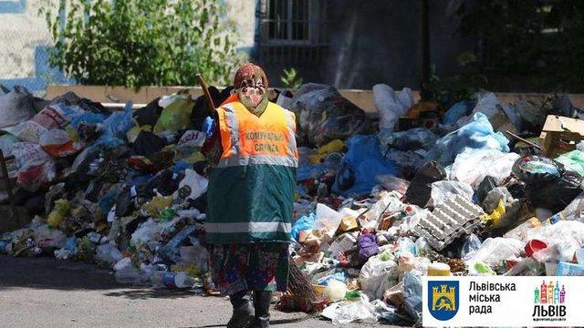 Протягом доби зі Львова вивезли майже 700 тонн сміття