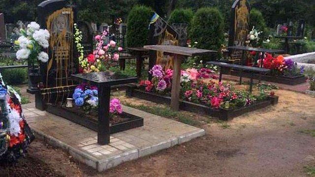 У Сумській області вандали облили фарбою пам'ятники героям АТО на кладовищі
