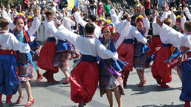 Урочистою ходою та бойовим гопаком у Львові відзначили 21 річницю Конституції України