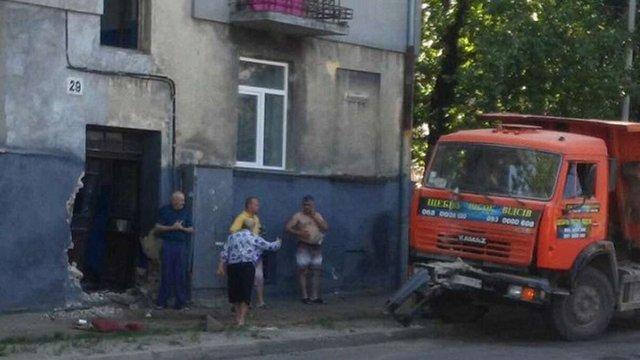 На вул. Кульпарківській КамАЗ в'їхав у стіну житлового будинку