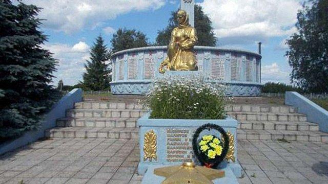 На квітнику Меморіалу слави у Сумській області виявили грядки з коноплею