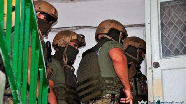 У Миколаєві поліція взяла штурмом квартиру озброєних злочинців