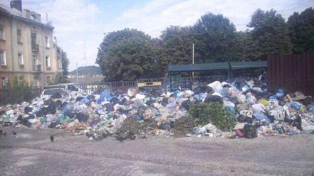 На вулицях Львова невивезеними залишаються майже 6,5 тис. тонн сміття
