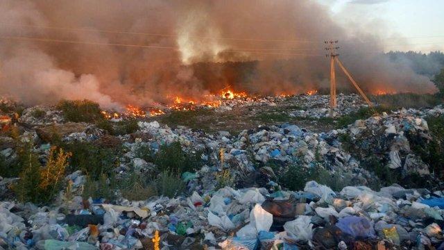 Неподалік Києва  рятувальники п'ять годин гасили пожежу на нелегальному сміттєзвалищі