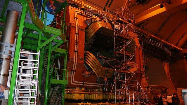 Детектор адронного коллайдера зафіксував нову «зачаровану» частинку