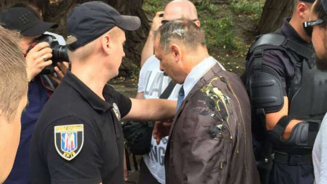 Депутата від БПП Олега Барну під Верховною Радою закидали яйцями