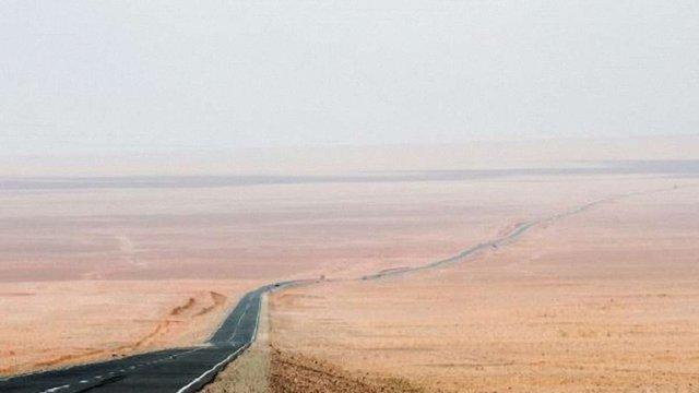 У Китаї відкрили найдовшу в світі автомагістраль через пустелю