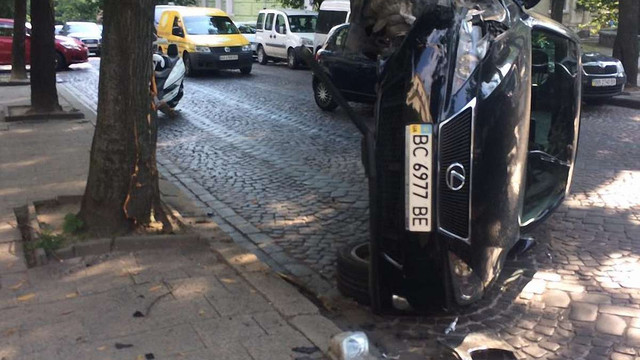 У центрі Львова Lexus вдарився в дерево і перекинувся