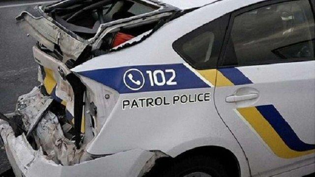 У Києві вантажівка на швидкості врізалась у авто поліції, патрульного шпиталізували
